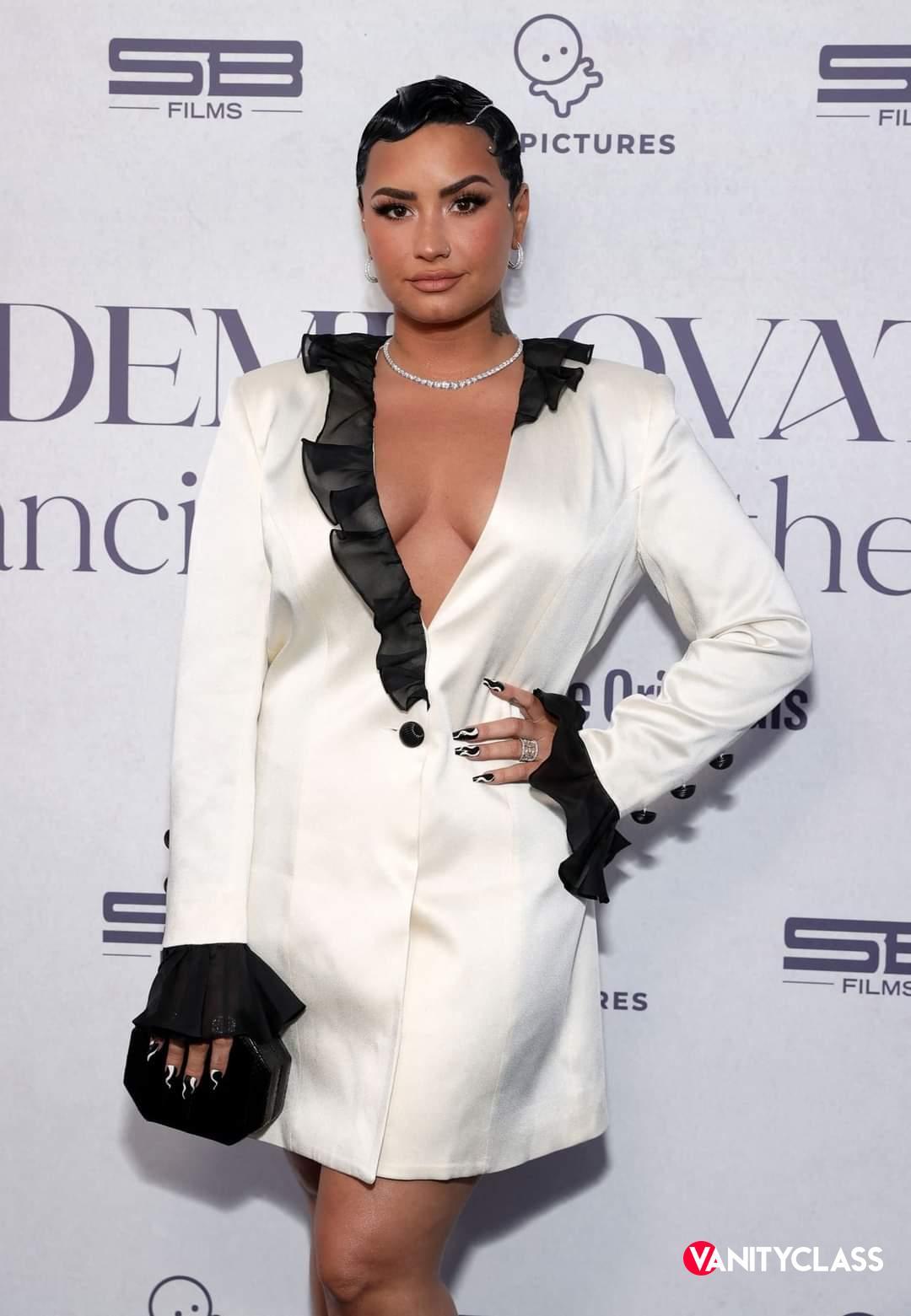 """Coming out di Demi Lovato: orgogliosa di definirmi  """"non binaria""""."""
