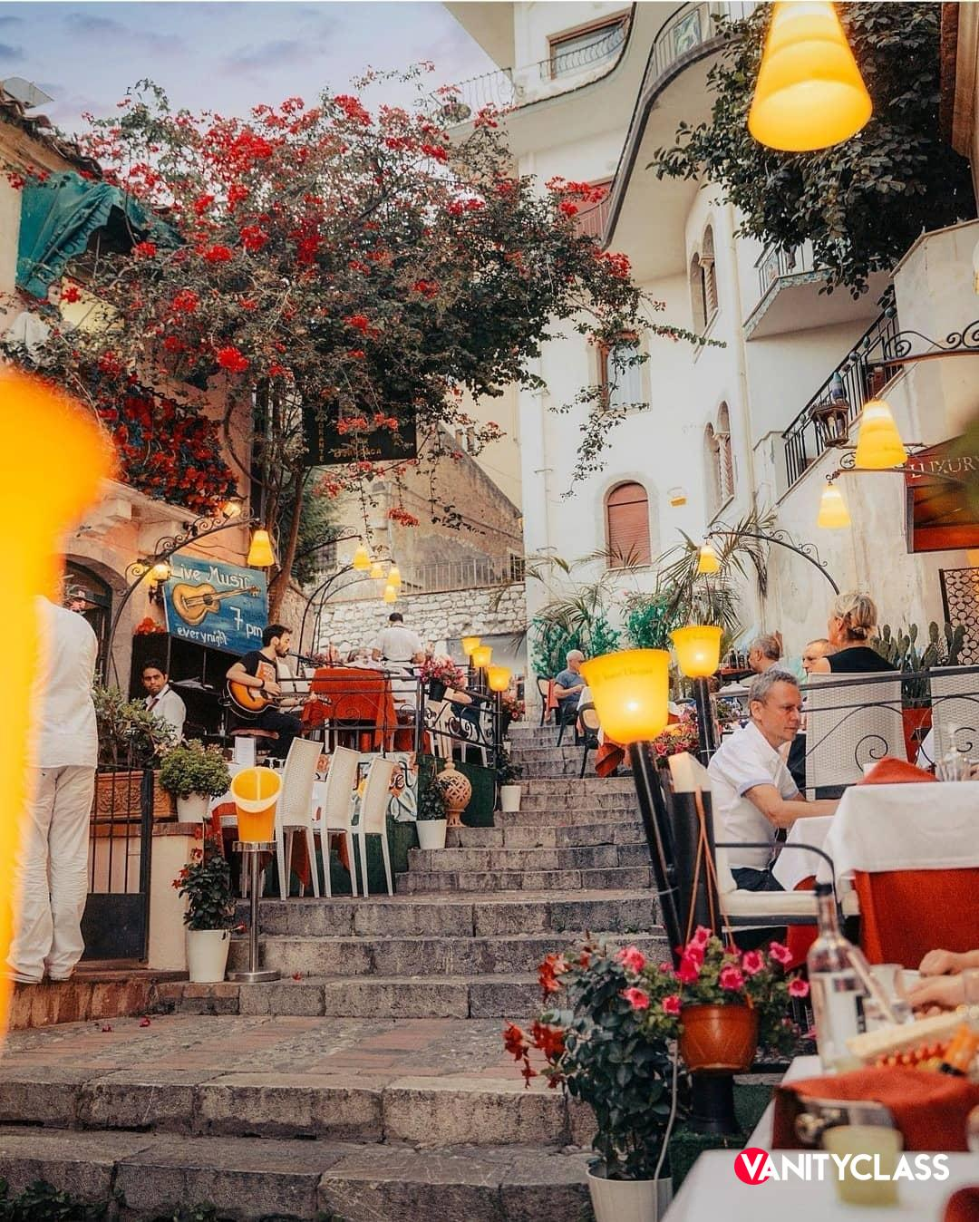 Tessa Gelisio arriva eccezionalmente in Sicilia, alla scoperta delle eccellenze del territorio.