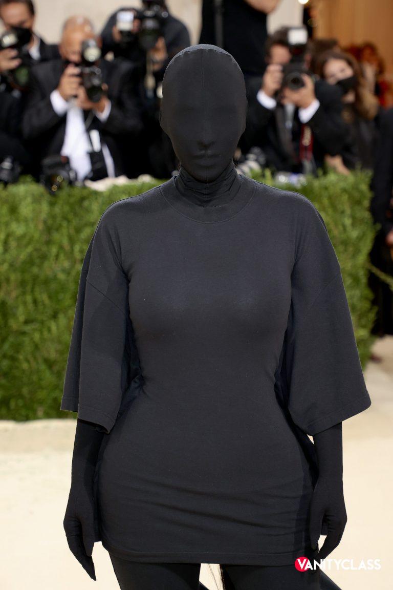 Kim Kardashian in incognito sul red carpet.